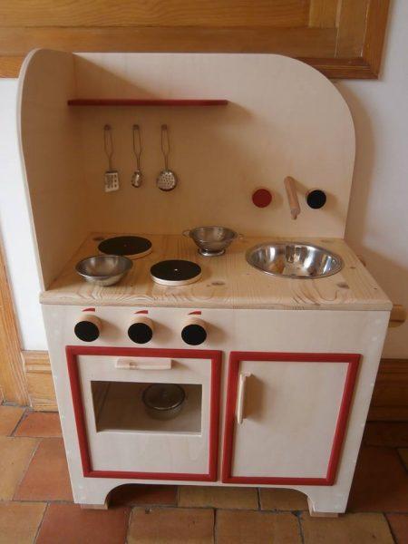 cuisinière rouge avec accessoires